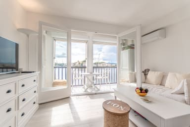 Renewed 2 rooms apartment with panoramic view next to the beach