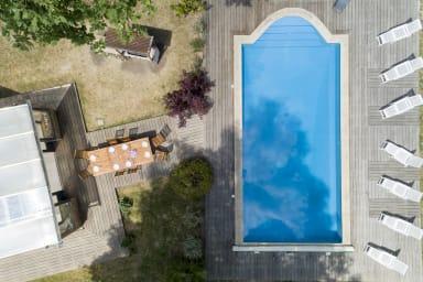 Vue de la terrasse et de la piscine