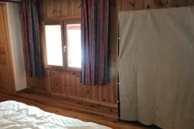 La chambre de couple avec l'armoire et la fenêtre au sud