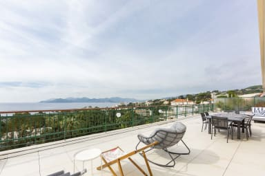 Luxury penthouse with breathtaking sea views and 200m2 terrace in the cente