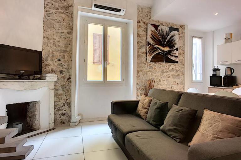 33c) Charming Mezzanine Studio near Provençal Market Old ...