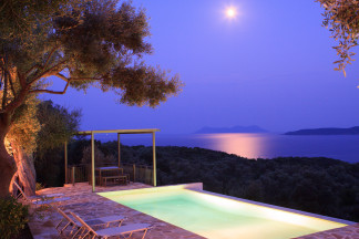 Full moon reflections in the sea for unforgettable holiday moments