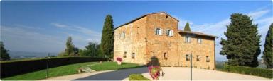 Vacker bondgård med modern arkitektur och privat pool