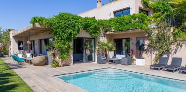Läcker modern villa med pool