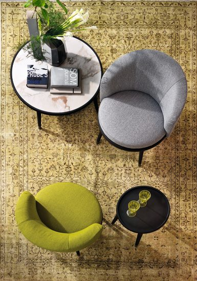 Daphne: Small armchair upholstered in fabric or leather