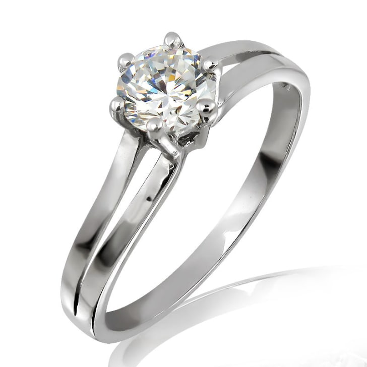 แหวนทอง 18K ประดับเพชร น้ำหนักรวม 0.30 กะรัต ค่าสี E ค่าความสะอาด VVS1 EX/EX/EX เพชรมาพร้อมใบรับรองจากสถาบัน GIA