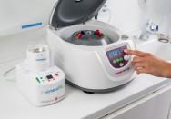 In der Zentrifuge entsteht der wachstumsfördernde A-PRF Eigenblut Extrakt.- (c) http://www.zahnarztunger.de