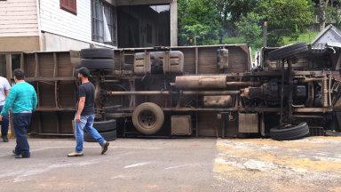 Mais um caminhão tomba no centro de Ibicaré