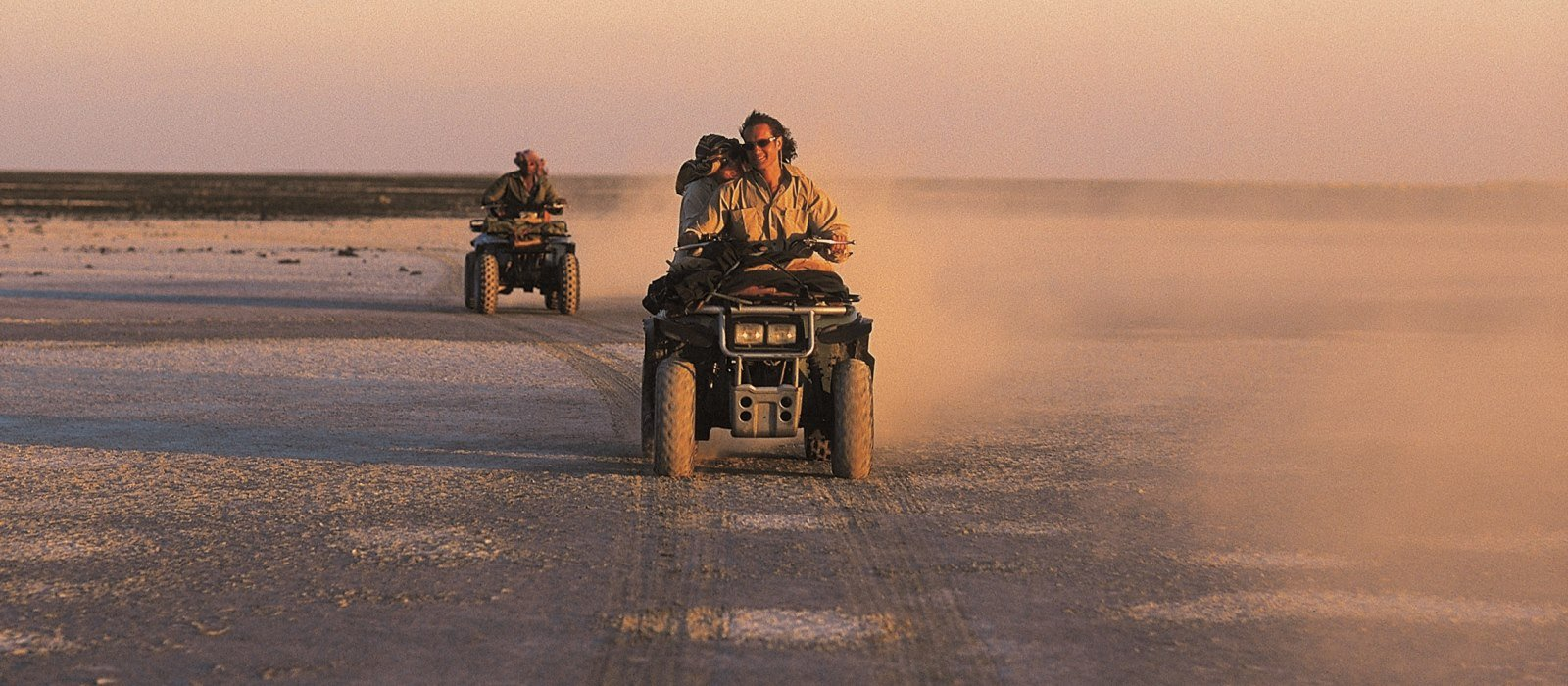 Zwei Quad-Bikes in der Wüste