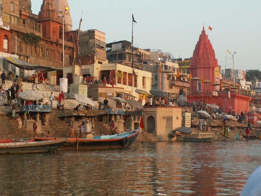 Ghats in Varanasi und der Ganges
