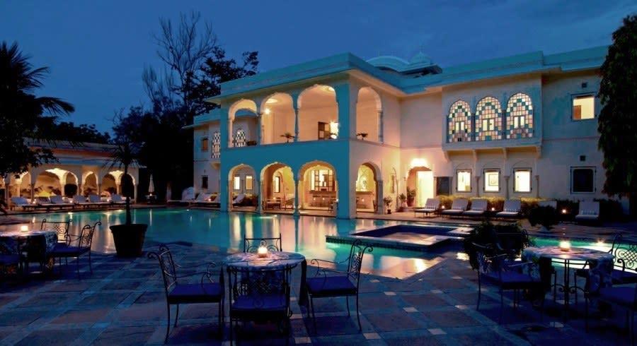 Abendliche Außenansicht vom Samode Haveli mit Pool in Jaipur, Rajasthan