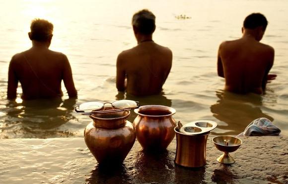 Drei Männer am Ganges in Varanasi, Indien