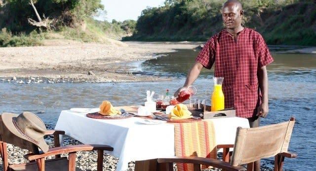 Frühstück am Fluss mit Blick auf eine Elefantenfamilie