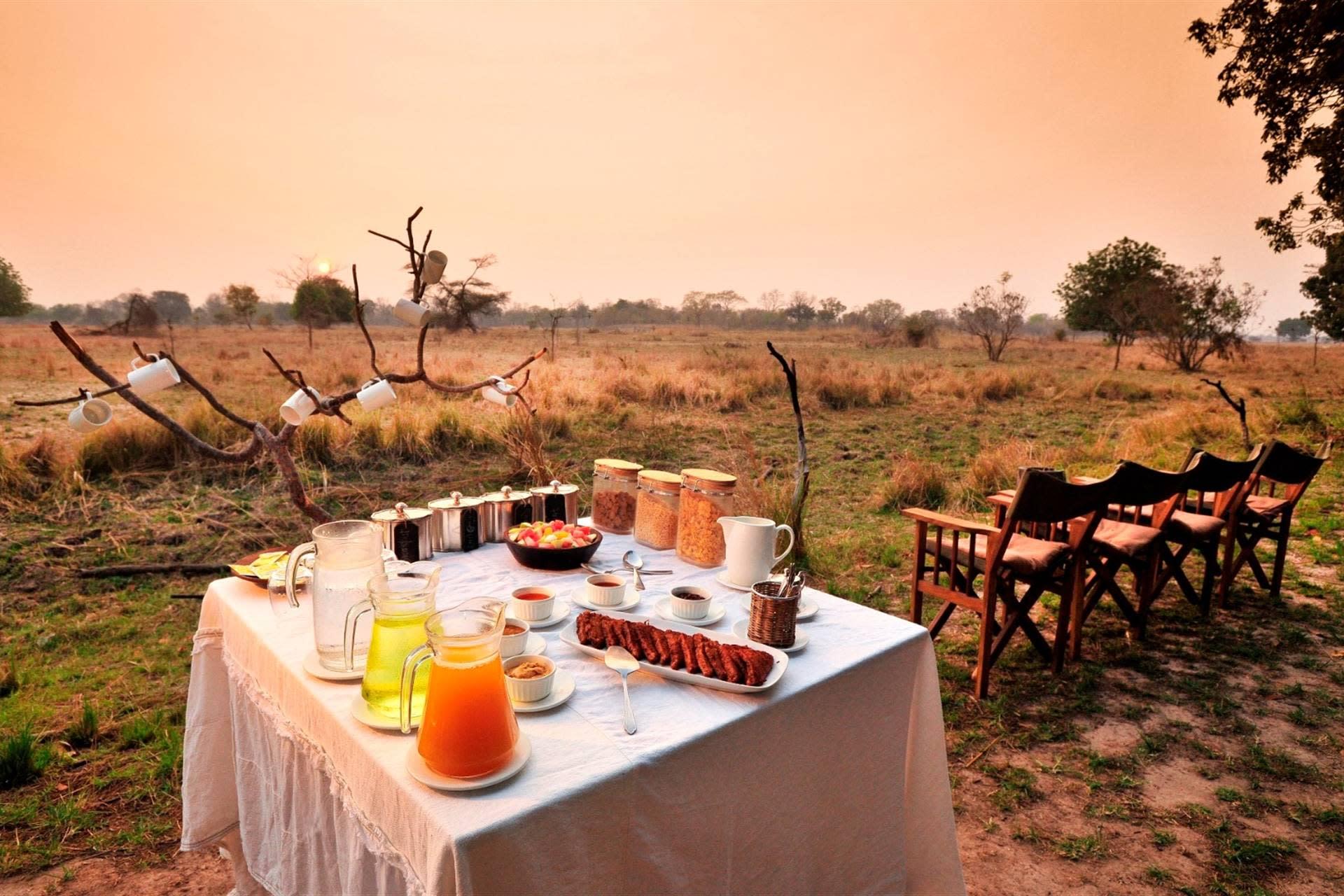 Frühstück im Busch - Luwi Bush Camp - Südluangwa, Sambia
