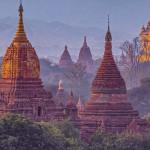 Mehrere Kuppeln von Tempeln in Bagan, Myanmar