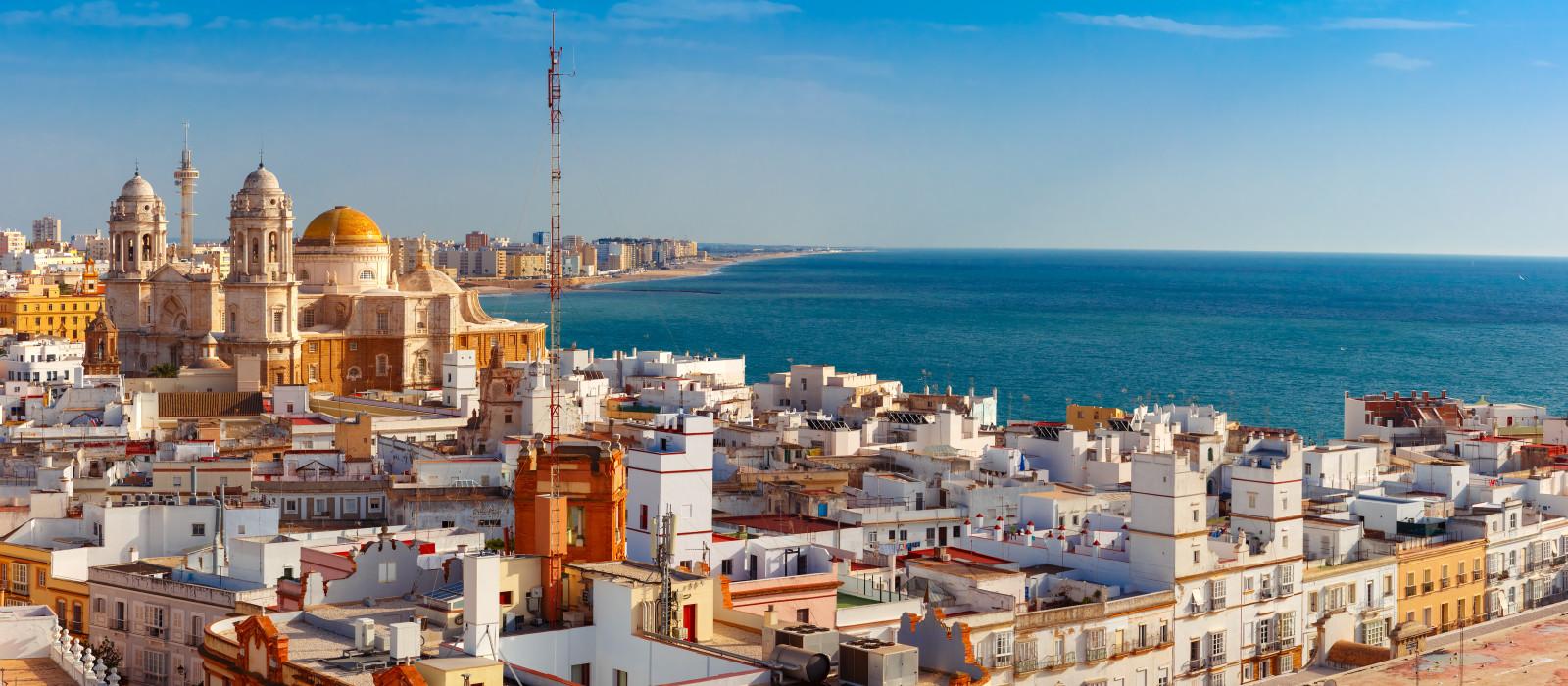 Spanien Urlaub - Dächer der Altstadt und der Kathedrale Santa Cruz am Morgen vom Turm Tavira in Cádiz, Andalusien, Spanien