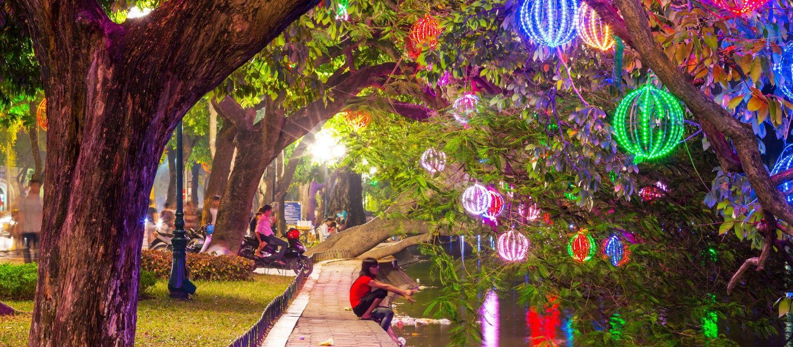 Vietnam Sehenswürdigkeiten: Hanoi ist Vietnams kulturelles Zentrum, hier bunte Lampions bei einem Event