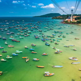 Boote am Strand von Phu Quoc und Kabel der Seilbahn in Phu Quoc, Vietnam