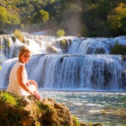 Frau vor einem Wasserfall, Krka Nationalpark, Kroatien