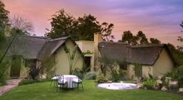 Außenansicht einer Gästelodge im Hunters Country House Hotel, Garden Route in Südafrika