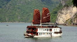 Extravagantes Kreuzfahrtschiff der Halong Violet mit zwei großen roten Segeln in der Halong-Bucht, Vietnam