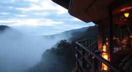 Schöner Ausblick auf majestätische Berge im Hakone Ginyu Spa Resort in Hakone, Japan