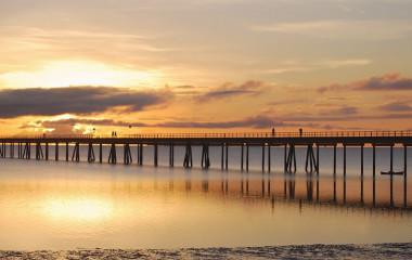 Sonnenuntergang an einer Brücke auf der Ilha de Mozambique in Mosambik