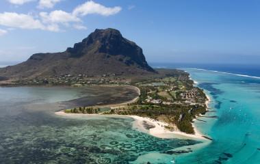 Luftaufnahme von Insel mit Berg im klaren Wasser von Mauritius
