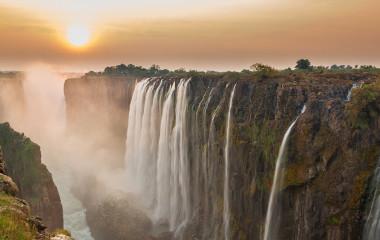 Sonnenuntergang über Victoriafällen in Simbabwe