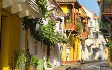 Pittoreske Gassen mit Balkons und Pflanzen in Cartagena, Kolumbien