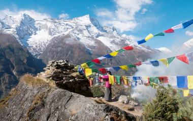 Nepalische Frauen ersetzen Gebetsfahnen, Sagarmatha Park, Himalayas, Nepal