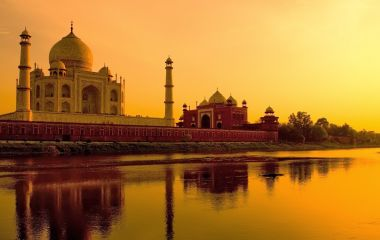 Taj Mahal in Indien spiegelt sich im Wasser