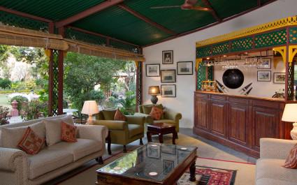 Rezeption mit Sitzbereich und Garten im Hotel Rohetgarh Fort, Indien