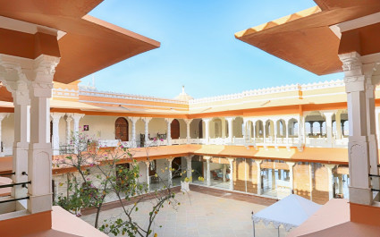 Innenhof mit Säulengängen im Hotel Fateh Garh, Indien