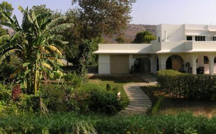 Außenansicht mit Garten des Khem Villas, Indien