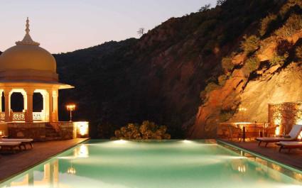 Abendlich beleuchteter Pool des Samode Palace, Nordindien