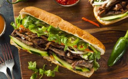 Reichhaltig gefülltes Banh Mi, das traditionelle Sandwich in Vietnam
