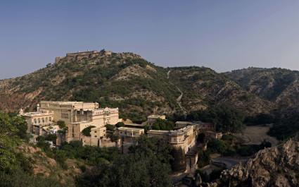 Hotel Deogarh Mahal im Gebirge aus der Vogelperspektive, Indien