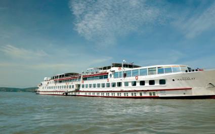 Langes weißes Kreuzfahrtschiff 'Road to Mandalay' auf dem Irrawaddy-Fluss, Indien