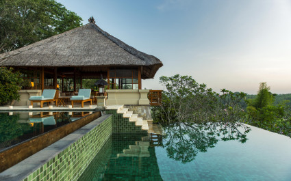 Reetgedeckte Villa mit Pool im Amandari Resort auf Bali