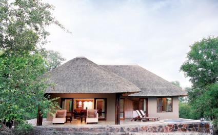 Reetbedecktes Haus mit Außenterrasse in Südafrika