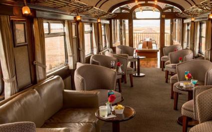 Luxuriöses Innenambiente mit Sesseln und Außenterrasse im Zug PeruRail Sacred Valley in Peru, Südamerika