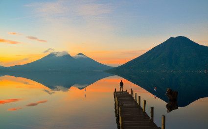 Mann beobachtet den Sonnenuntergang in Guatemala