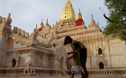Mutter und Kind vor dem prächtigen Ananda-Tempel in Bagan, Myanmar