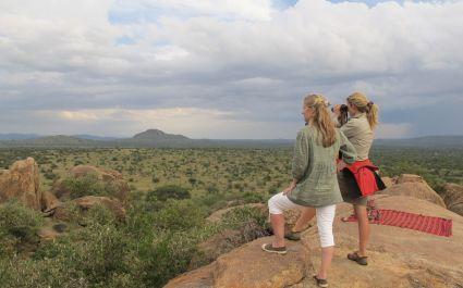 Zwei Wanderer überblicken die Savanne von Laikipia, Afrika