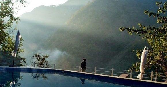 Pool mit Ausblick auf die Berge in Rishikesh