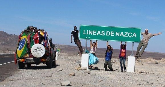 Touristen vor einem Nazca Linien Schild