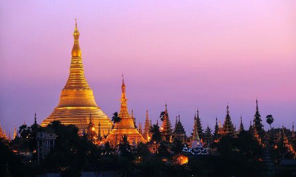 Blick über die Türme und Stupas der Shwedagon-Paya in Myanmar