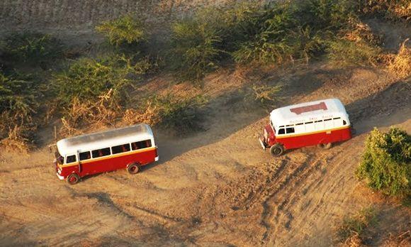 Busse auf dem Weg zur Bagan Ballonfahrt
