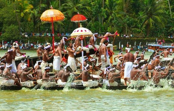Traditionelles Schlangenbootrennen in Kerala